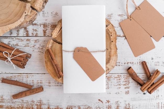 Vista superior de papel vacío con etiquetas y palitos de canela
