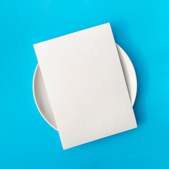 Vista superior de papel vacío en placa