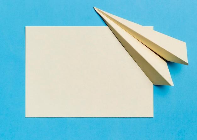 Vista superior papelería avión de papel y papel