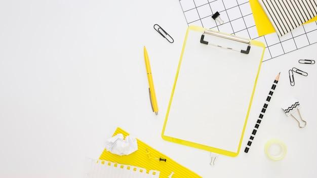 Vista superior de papelería de oficina con bloc de notas y bolígrafo