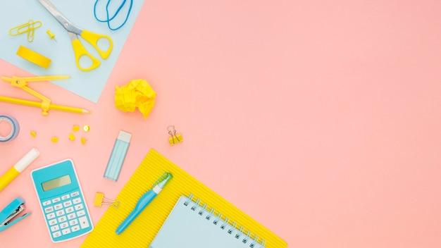 Vista superior de papelería de oficina con calculadora y tijeras