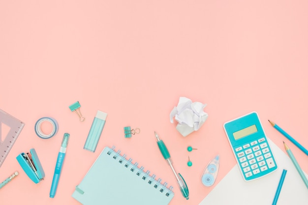 Vista superior de papelería de oficina con cuaderno y calculadora