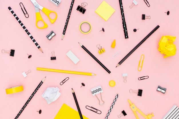 Vista superior de papelería de oficina con lápices y clips