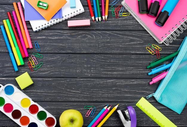 Vista superior de papelería de regreso a la escuela con espacio de manzana y copia