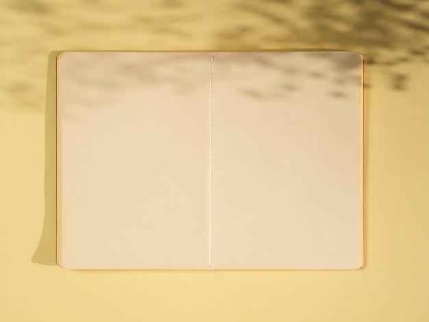Vista superior de papeles en blanco en la pared