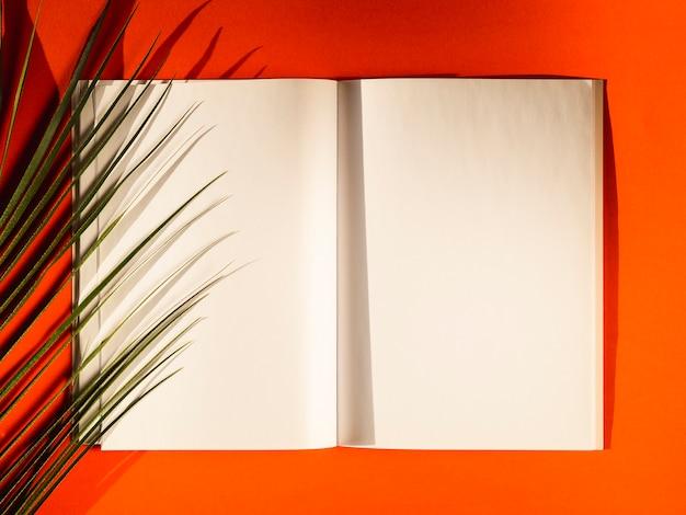 Vista superior de papeles en blanco sobre un fondo rojo