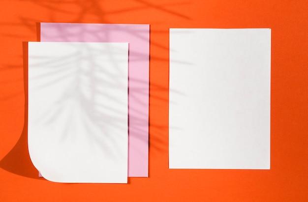 Vista superior de papeles en blanco con sombras