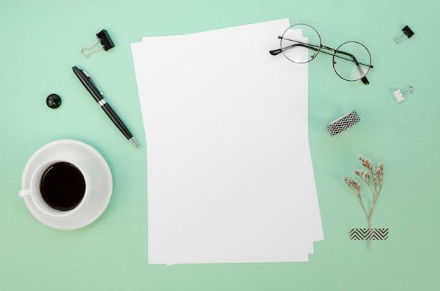 Vista superior de papeles en el escritorio con taza de café