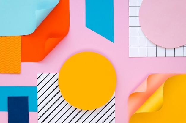 Vista superior de papeles y formas coloridas