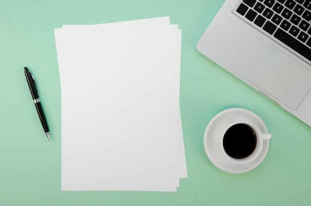 Vista superior de papeles y laptop