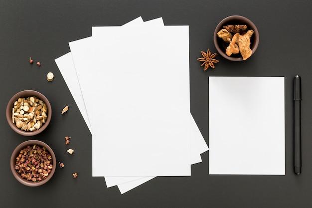 Vista superior de papeles de menú en blanco con anís estrellado