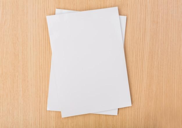 Vista superior de papeles sobre la mesa de madera