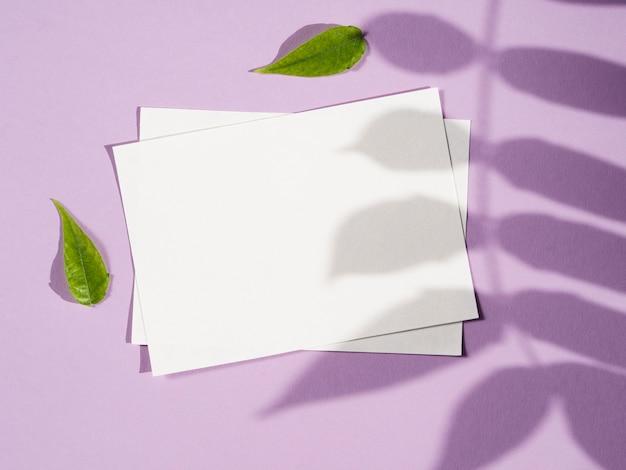 Vista superior papeles vacíos con sombra