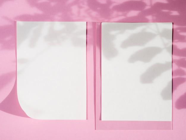 Vista superior papeles vacíos con sombras