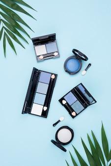 Vista superior del paquete de productos de belleza sobre fondo azul.