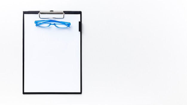 Vista superior de un par de anteojos en el bloc de notas con espacio de copia