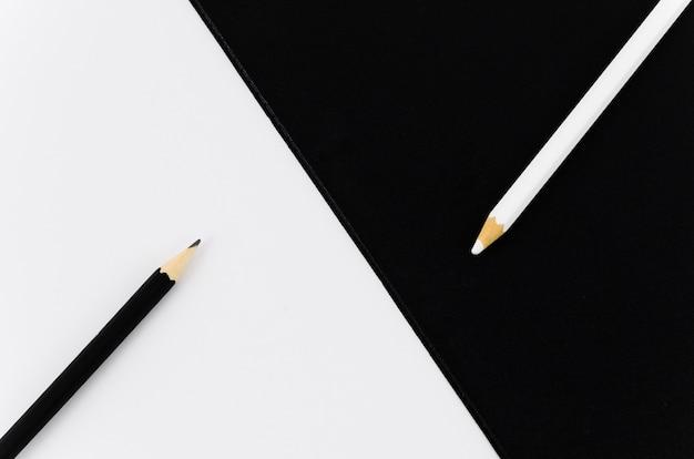 Vista superior par de lápices blanco y negro