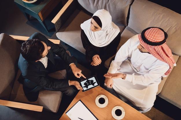 Vista superior pareja árabe en recepción de terapeuta.