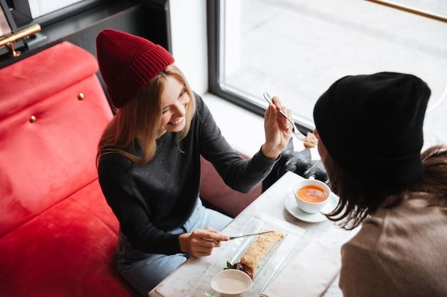Vista superior de pareja en café