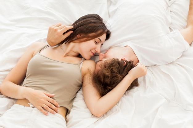 Vista superior, pareja, colocar cama