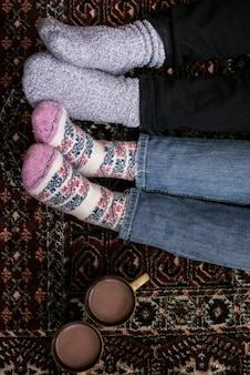 Vista superior pares de pies con calcetines