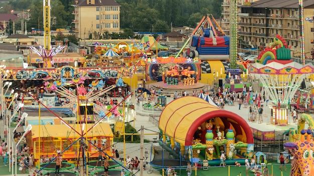 Vista superior del parque de atracciones con atracciones.