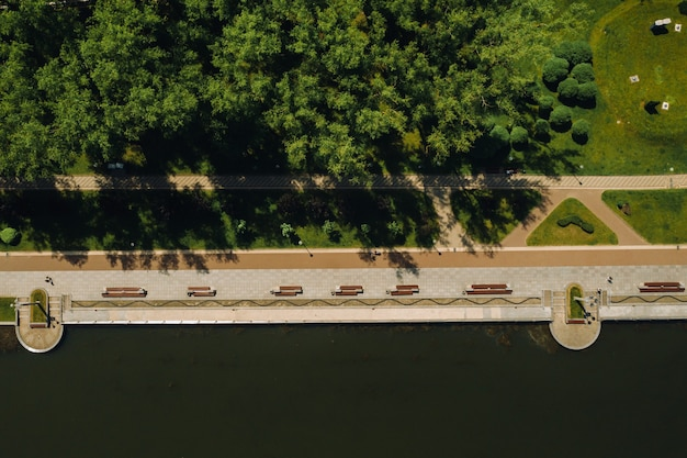 Vista superior del parque de la victoria en minsk y el río svisloch. vista aérea de la ciudad de minsk y el complejo del parque. bielorrusia.