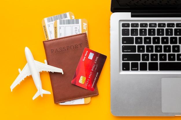 Vista superior de pasaporte y arreglo para laptop