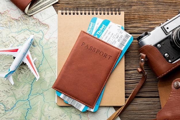 Vista superior del pasaporte con boletos aéreos