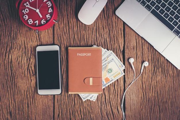 Vista superior pasaporte con dinero en el espacio de trabajo, concepto de turismo