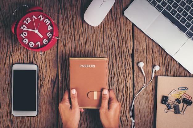 Vista superior del pasaporte en el espacio de trabajo, concepto de turismo.