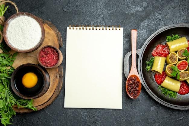Vista superior de pasta italiana con carne en espacio gris
