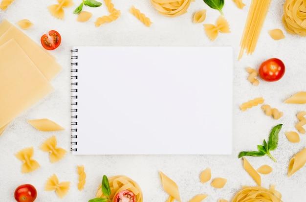 Vista superior de pasta italiana y cuaderno