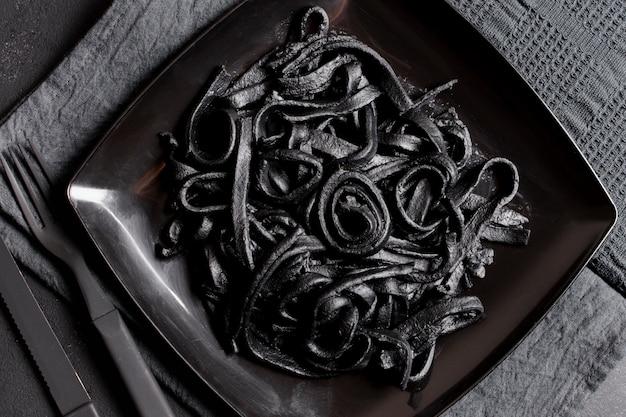 Vista superior de pasta negra deliciosa camarones frescos