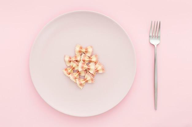 Vista superior de pasta en un plato con tenedor