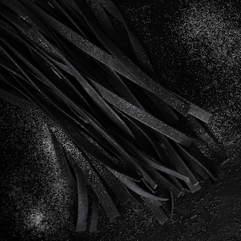 Vista superior de pasta de tallarines negros