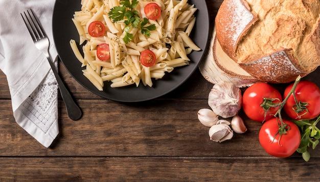 Vista superior de pasta con verduras