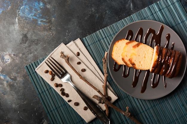 Vista superior de pastel de chocolate dulce