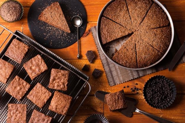 Vista superior de pastel de chocolate listo para ser servido