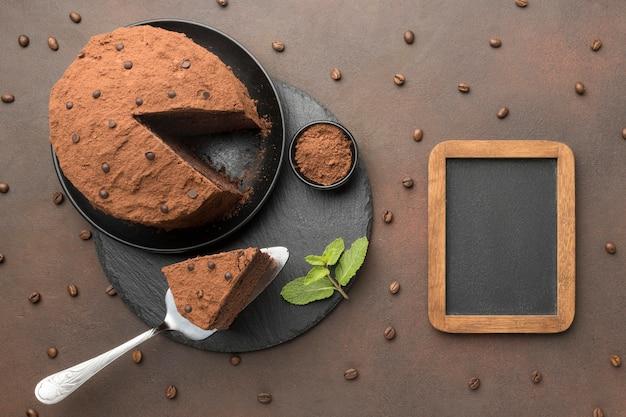 Vista superior del pastel de chocolate con pizarra
