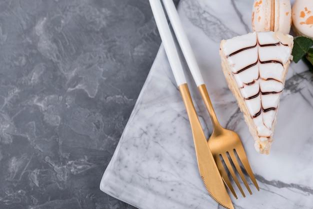 Vista superior de pastel con cubiertos
