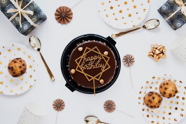 Vista superior pastel de cumpleaños de chocolate