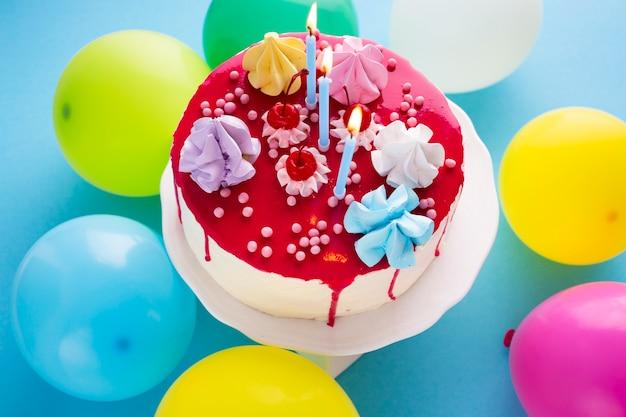 Vista superior del pastel de cumpleaños