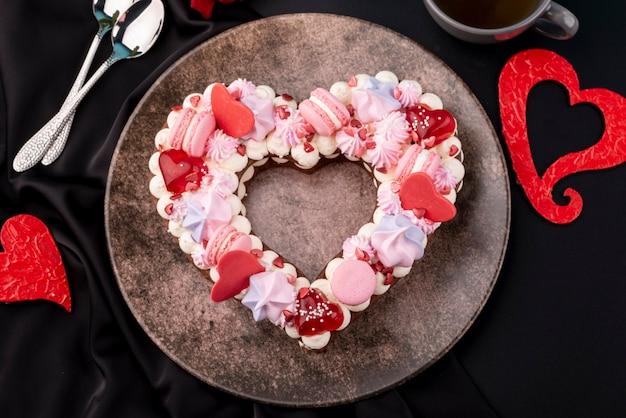 Vista superior del pastel en forma de corazón del día de san valentín en placa