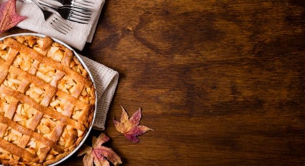 Vista superior del pastel de manzana de acción de gracias con espacio de copia