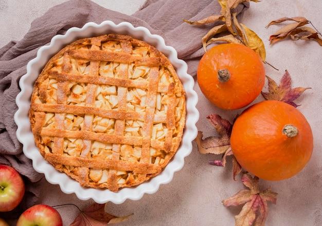 Vista superior del pastel de manzana para acción de gracias con hojas de otoño