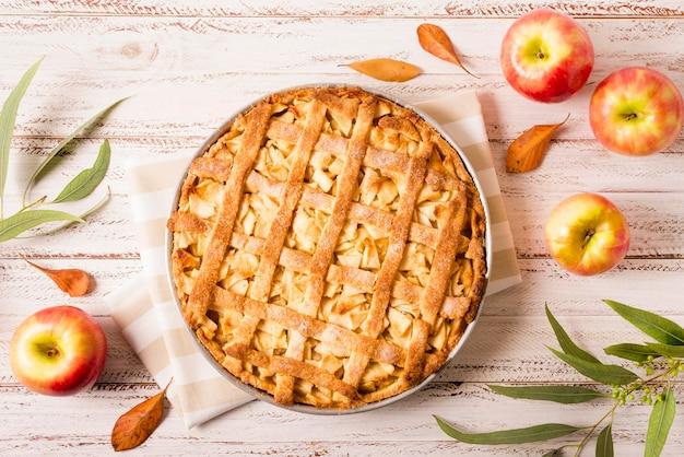 Vista superior del pastel de manzana para acción de gracias con hojas