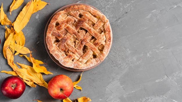 Vista superior de pastel con manzanas y hojas