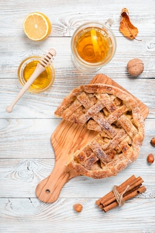 Vista superior de pastel con miel y té