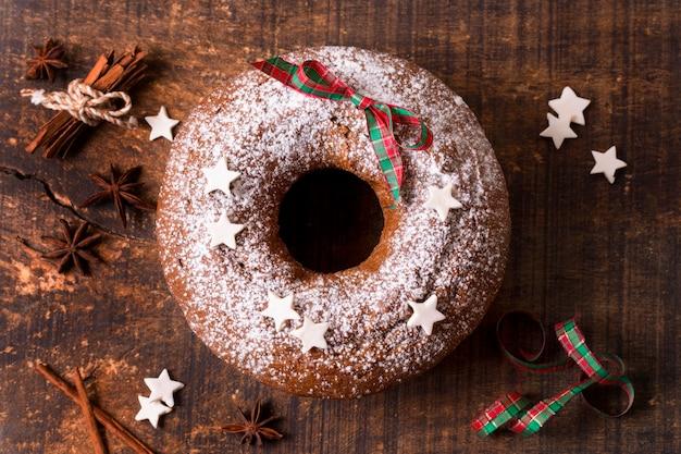 Vista superior del pastel de navidad con canela en rama